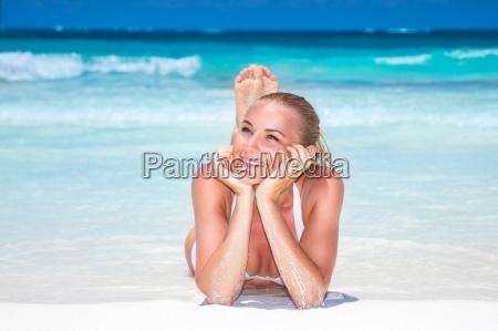 bella donna sulla spiaggia