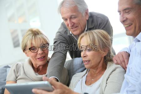 gruppo di pensionati seduti sul divano