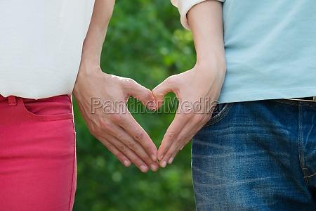 coppia che fa forma al cuore