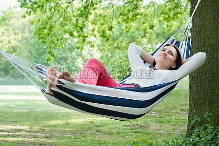 donna rilassante amaca