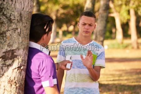 adolescenti che fumano ragazzo che rifiuta