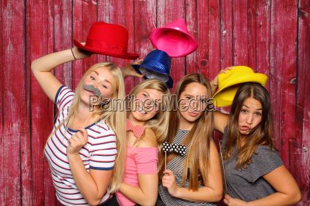 le giovani donne si divertono con