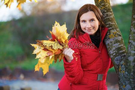 donna con foglie di acero