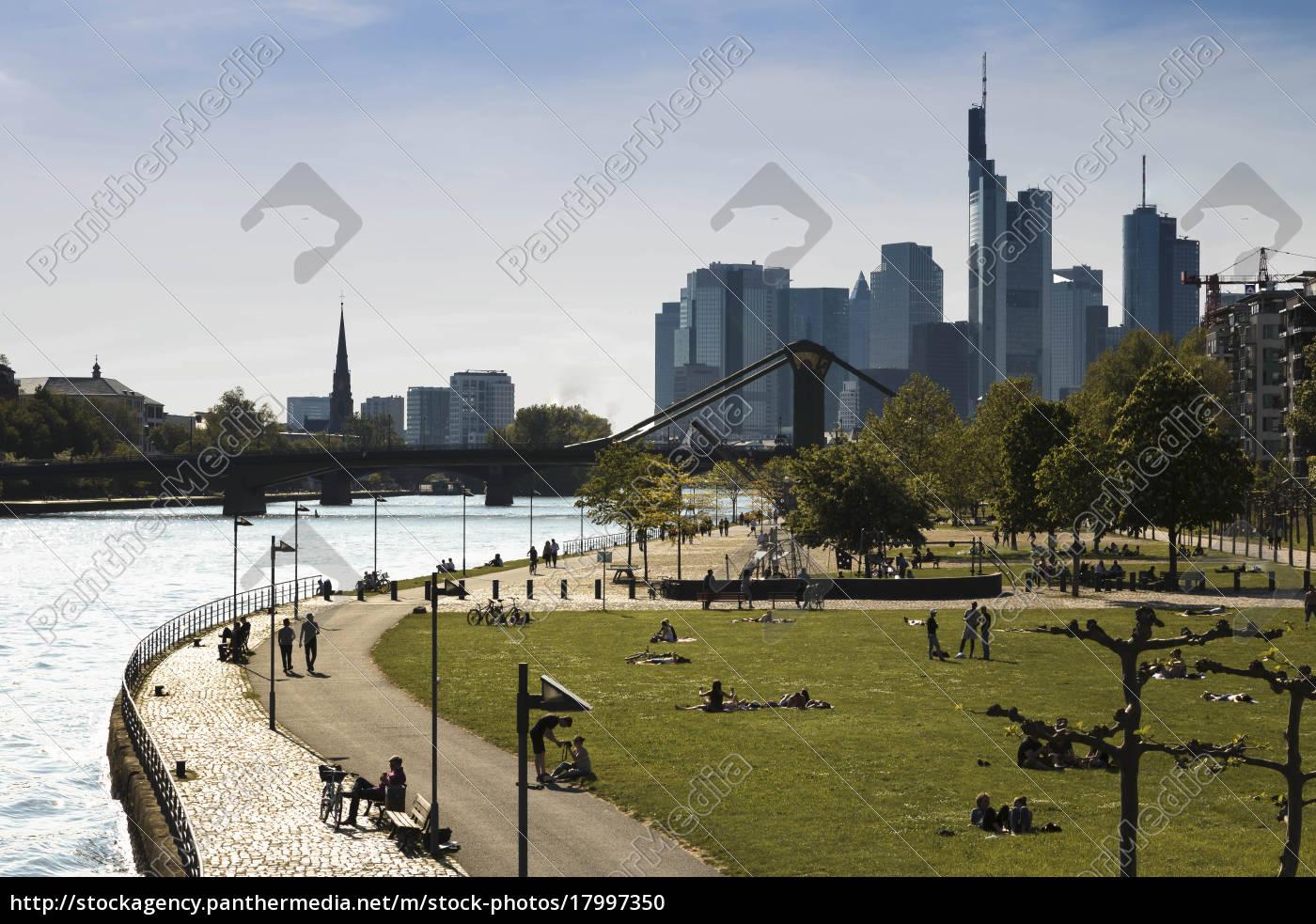 germania, assia, francoforte, persone, a, river, main, con, skyline - 17997350