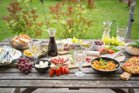 varieta di antipasti mediterranei sul tavolo
