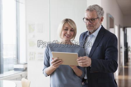 imprenditore e donna che hanno una
