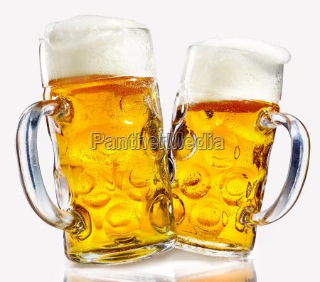 dos tazas de cerveza de vidrio