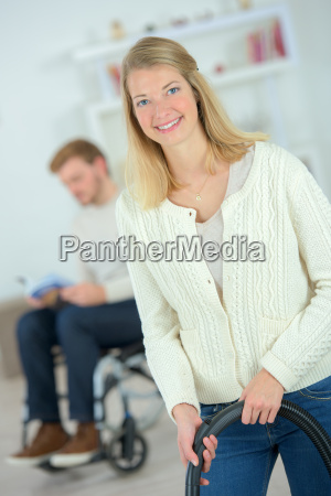 donna con un aspirapolvere