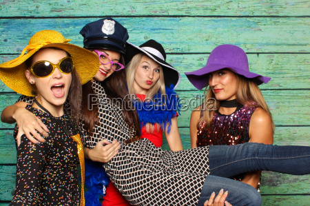 4 belle signore con cappelli davanti