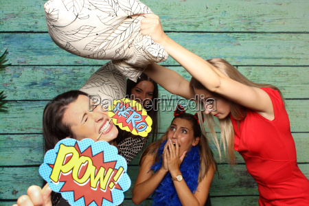 paura lotta di cuscini amiche