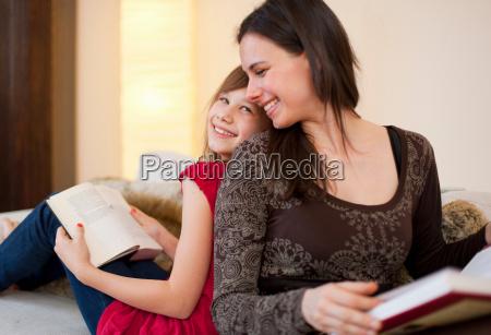 donna risata sorrisi casa in casa