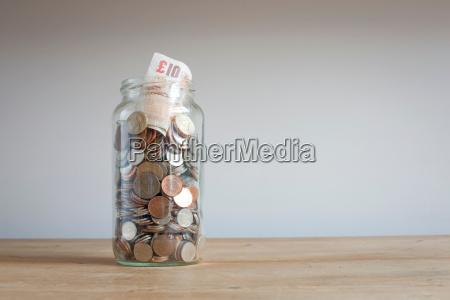 barattolo di risparmio sulla scrivania