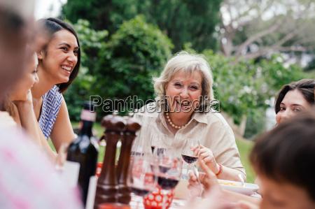 senior donna godendo pasto con la