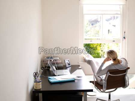 donna seduta in ufficio a casa