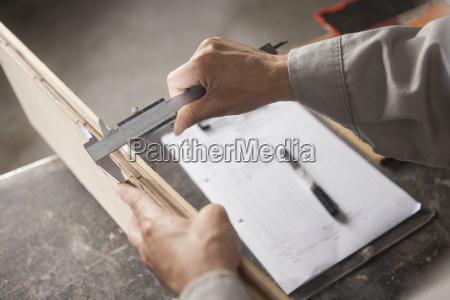 il falegname che misura la tavola