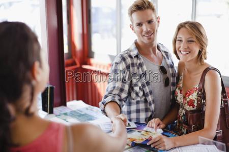 donna risata sorrisi mano mani stretta