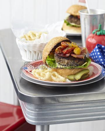tavolo per due con cheeseburger e