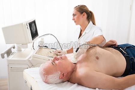dottore medico clinica test trattamento collo
