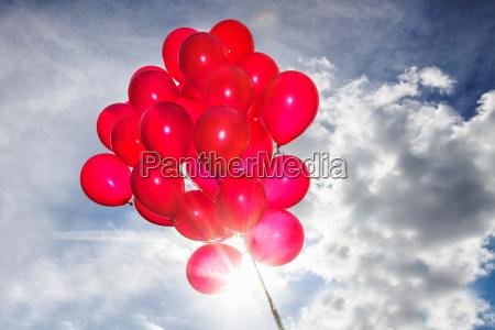 mazzo di palloncini rossi nel cielo