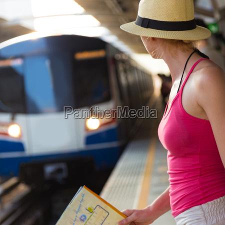 donna aspettare attesa stazione treno veicolo