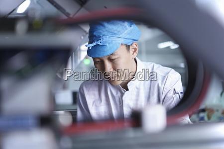 lavoratore che utilizza macchinari in fabbrica