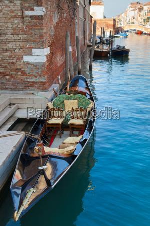 barca a remi ormeggiata sul canale