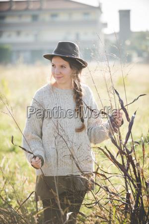 giovane donna che indossa il cappello