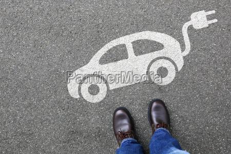 uomo uomo elettrico auto elettrica traffico