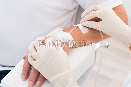 iv gocciolamento inserito nella mano del