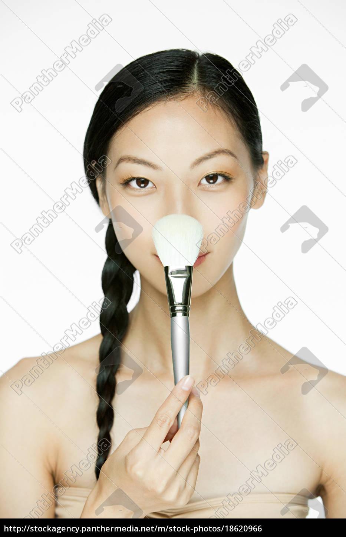 giovane, donna, con, pennello, trucco - 18620966