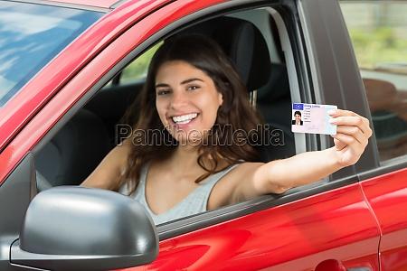 donna che mostra la sua patente
