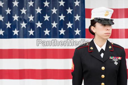 donna ritratto uniforme allaperto in piedi
