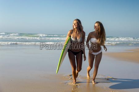 donna donne riva del mare spiaggia