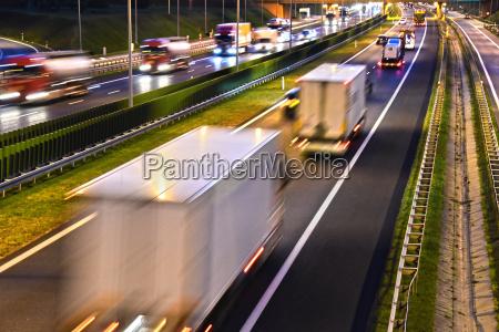 autostrada ad accesso controllato a quattro