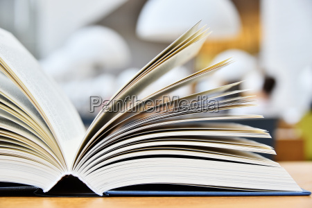 libro a copertina rigida che si
