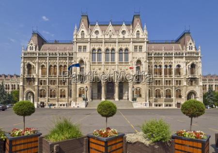ingresso principale delledificio neogotico del parlamento