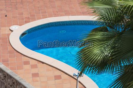 piscina esterna con piastrelle blu