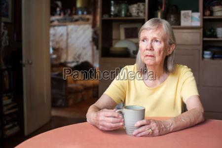 donna anziana con sguardo vuoto