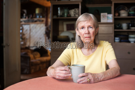 donna anziana con espressione depressa