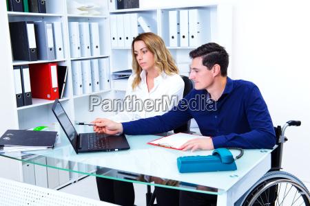 disabile uomo daffari e il suo