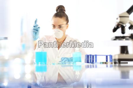 il chimico esamina il campione al