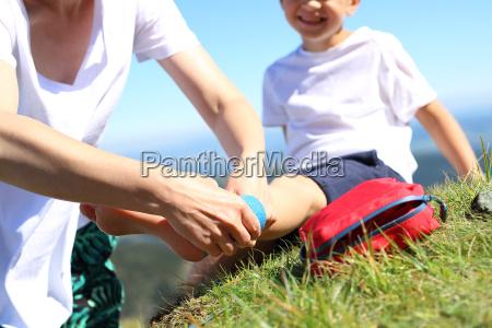 bendaggio infortunio al piede bambino gamba