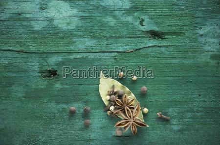 spezie secche su legno verde