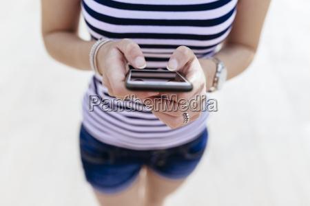 mani di messaggi di testo donna