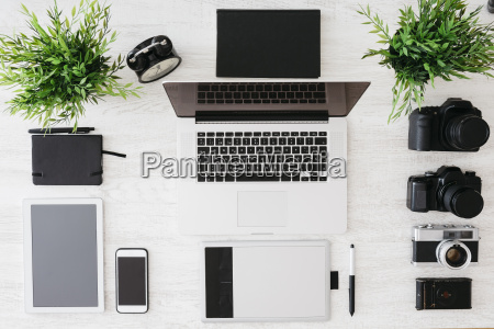desk di fotografo con computer portatile
