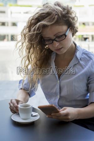 donna telefono caffe persone popolare uomo