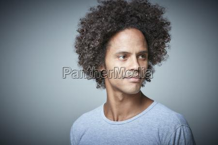 ritratto di uomo rilassato con afro