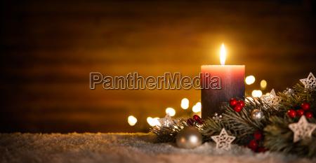 candela con la decorazione festiva e