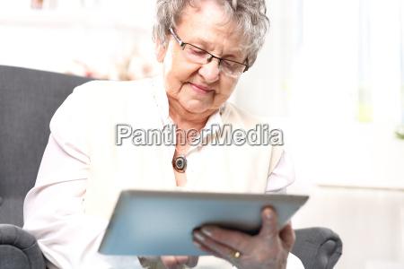 nonna e computer una donna anziana