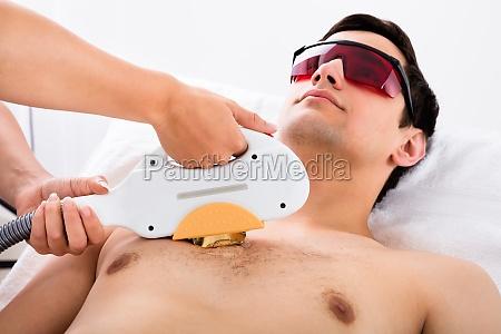 terapeuta dare laser epilazione trattamento per